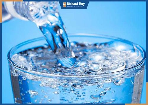 Uống đủ nước để làn da luôn khỏe mạnh
