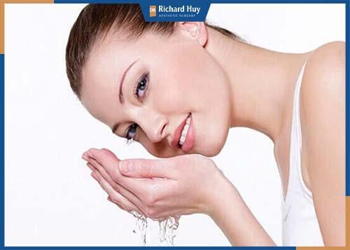 Vệ sinh vết thương bằng nước muối, không sử dụng nước hoặc tay trực tiếp vào vết thương.