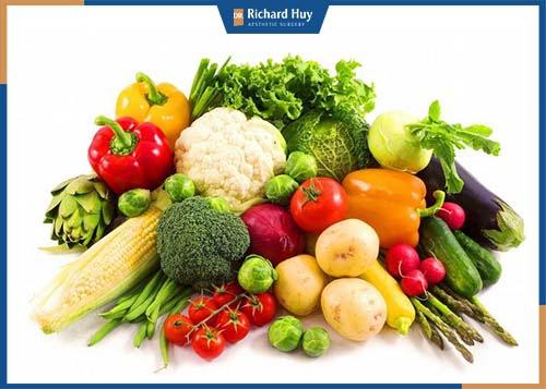 Bổ sung nhiều vitamin tăng cường sức đề kháng, rau xanh giàu chất xơ.