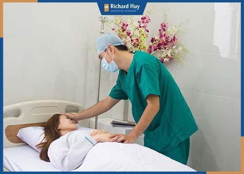Kết thúc phẫu thuật, bệnh nhân được nghỉ ngơi và chăm sóc dưới sự theo dõi của bác sĩ