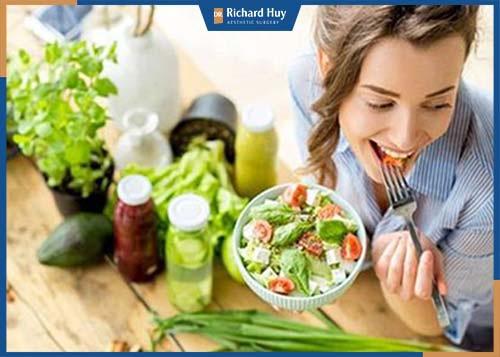 Chế độ dinh dưỡng nhiều rau xanh và hoa quả giúp tăng cường sức đề kháng