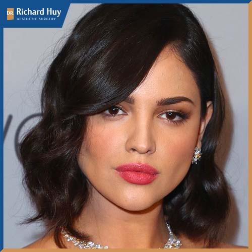 Nhìn tổng thể gương mặt hao hao giống hình kim cương và lộ rõ những góc cạnh thô cứng.