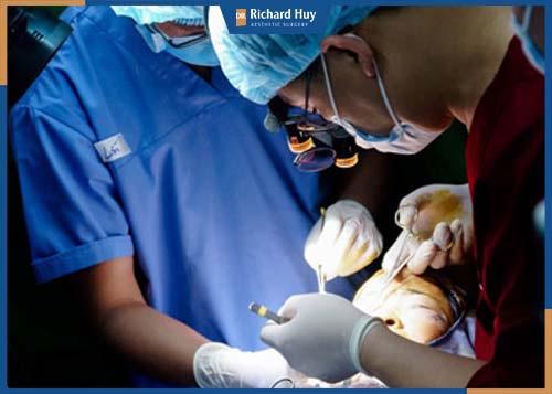 Cần lựa chọn trung tâm uy tín và bác sĩ có chuyên môn để hạn chế xảy ra nguy hiểm, biến chứng