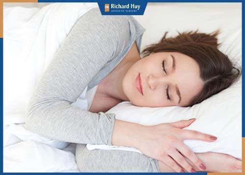 Bạn nên nghỉ ngơi, ngủ đủ giấc tránh làm cơ thể mệt mỏi làm ảnh hưởng quá trình hồi phục