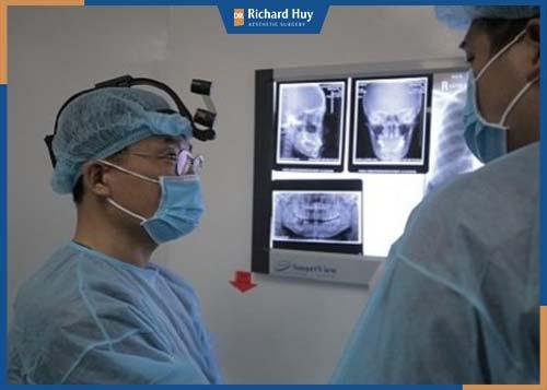 Phẫu thuật hàm móm cần thực hiện bác sĩ có chuyên môn chỉnh hình hàm, công nghệ hiện đại