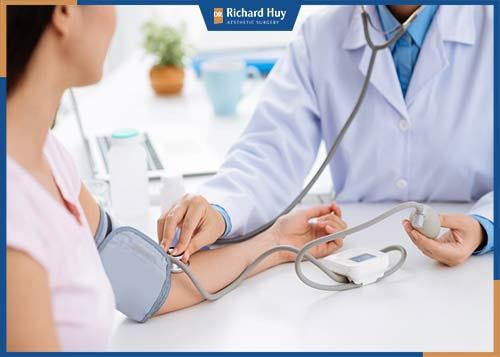 Trước khi phẫu thuật khách hàng sẽ được bác sĩ khám tổng quát