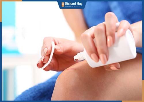 Rửa sạch vết thương bằng dung dịch rửa hỗ trợ làm lành vết thương