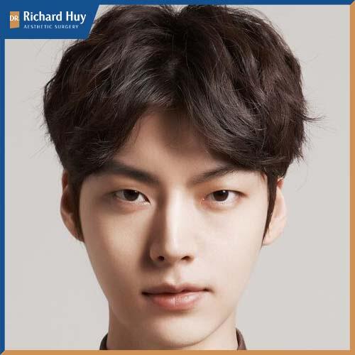 Kiểu tóc bổ luống che phần trán cao hiệu quả đồng thời giúp gương mặt được sáng hơn