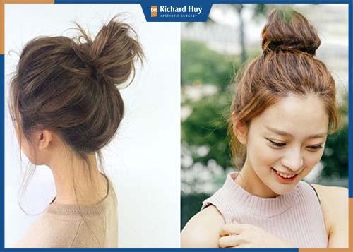 Kiểu tóc búi rối sẽ che nhẹ phần trán rộng và để lộ cằm nhỏ thon gọn,