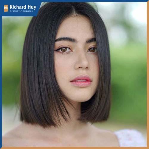 Phần tóc duỗi dài trung tính giúp che đi khuyết điểm hai phần gò má cao đồng thời trông gương mặt được dài và thanh thoát hơn