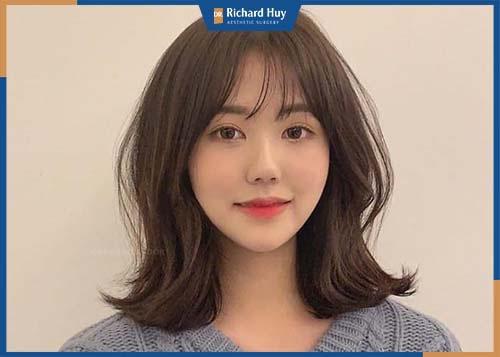 Bạn nên lựa chọn những kiểu tóc ngắn ngang vai kết hợp với mái lệch tạo độ phồng cho trán