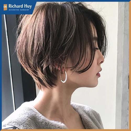 Với dáng tóc này, phần đỉnh đầu được tạo phồng giúp cân bằng với phần gò má cao và để lộ phần cằm Vline.