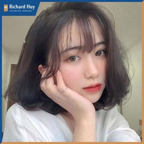 Mái tóc uốn phồng giúp gương mặt được cân đối, che khuyết điểm phần trán nhỏ, hẹp
