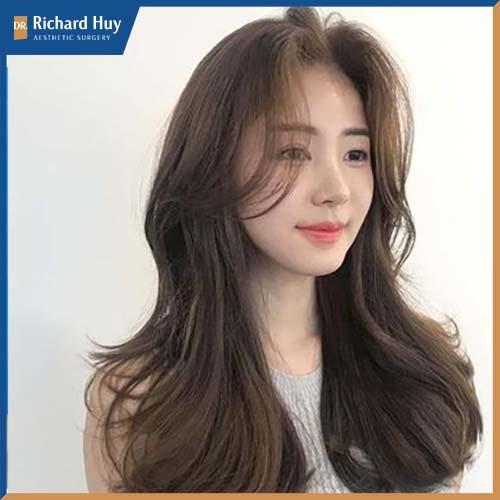Nên chọn những kiểu tóc che nhỏ hai bên hàm bạnh có thể để kiểu tóc dài xoăn nhẹ kết hợp phần mái dài phồng