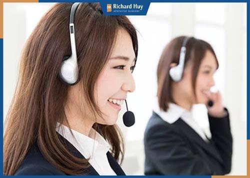 Tư vấn viên lắng nghe phản hồi từ khách hàng