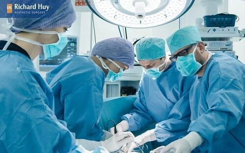 Bác sĩ có kỹ thuật kém xảy ra lỗi khi tiêm làm cằm bị sưng
