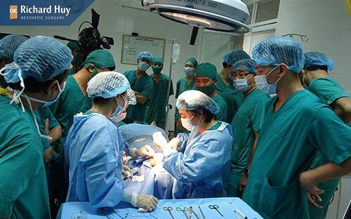 Bác sĩ có tay nghề cao giúp độn cằm bị móm sửa lại được an toàn