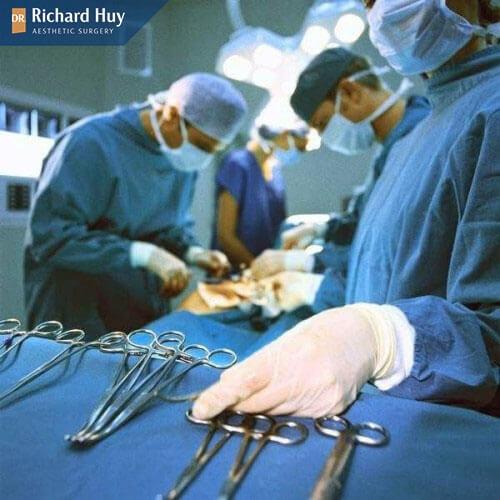 Bác sĩ có tay nghề kém là nguyên nhân khiến cho độn cằm bị móm