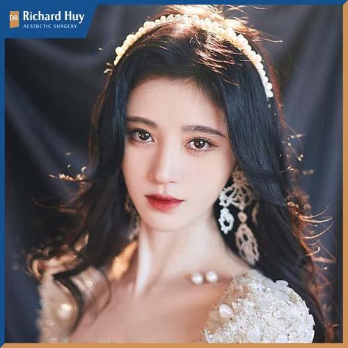 Cúc Tịnh Y với gương mặt dễ thương, trong sáng, là cái tên không thể thiếu trong cũng đã top 100 gương mặt đẹp.