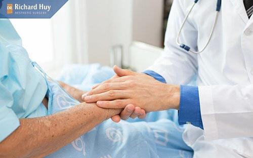 Được bác sĩ quan tâm chăm sóc