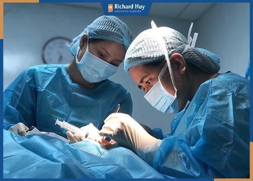 bác sĩ phẫu thuật chỉnh hình gương mặt được thực hiện bới những người có chuyên môn kỹ thuật cao