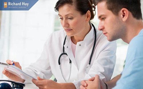 Bác sĩ thăm khám sức khỏe trước khi thực hiện