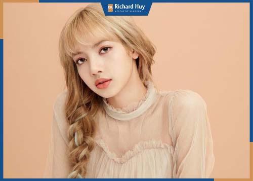 Nữ thần có khuôn mặt xinh đẹp thì phải kể đến Lisa (thành viên của nhóm nhạc Black Pink)