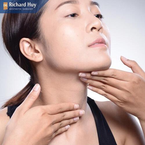 Tránh massage tại vùng da cằm vừa tiêm