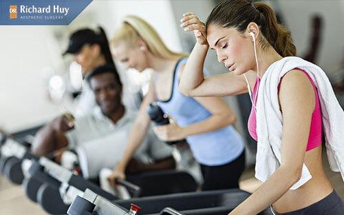 Không nên tập luyện quá nặng sau độn cằm