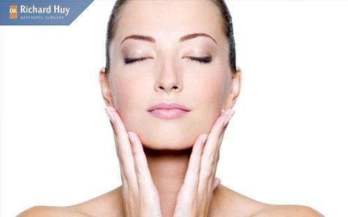 Sử dụng các dụng cụ massage với mục đích điều chỉnh lại cằm bị lệch