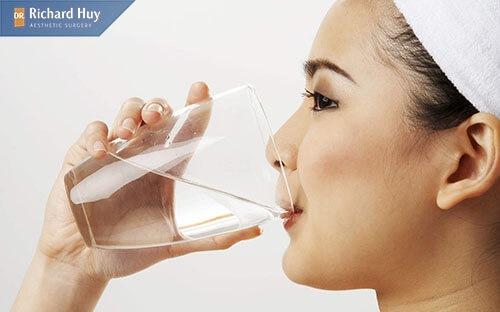 Sau khi độn căm nên vệ sinh răng miệng bằng nước muối