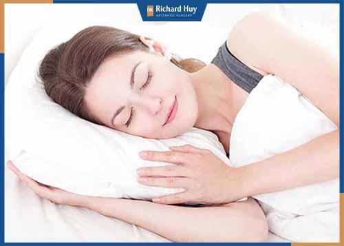 Không thức quá khuya, ngủ đủ 7 đến 8 tiếng