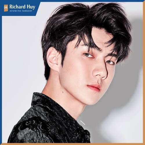 Sehun thuộc nhóm nhạc EXO được xứng tên trong danh sách 100 nam thần này.