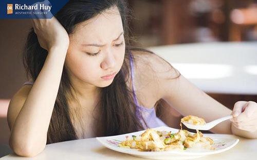 Chế độ ăn uống không đủ chất khiến nếp nhăn khóe miệng hình thành