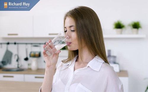 Uống đủ nước mỗi ngày ngăn da mặt mỏng đi