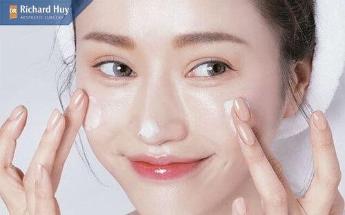Thoa kem chống nắng để bảo vệ da mỗi ngày