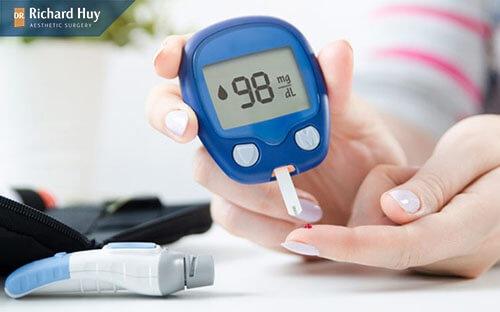 Da tay nhan nheo khi gặp nước có thể do bệnh bệnh tiểu đường