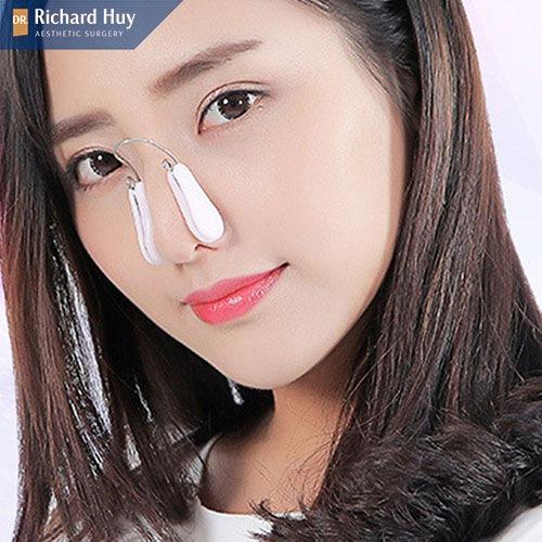 Sử dụng kẹp mũi để làm mũi cao
