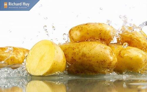Khoai tây chứa nhiều protein, vitamin C, nước,.. giúp cung cấp độ ẩm cho da , tăng cường khả năng sản sinh Collagen