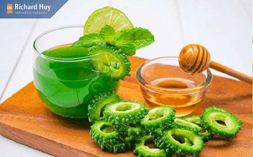 Kết hợp mướp đắng và mật ong giúp dưỡng ẩm và xóa mờ nếp nhăn hiệu quả