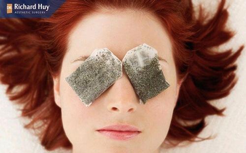 Sử dụng túi lọc trà để xóa nếp nhăn trên mắt giảm thâm quầng và da được săn chắc, đàn hồi hơn.