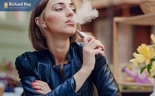 Vết chân chim hình thành do sử dụng thuốc lá nhiều