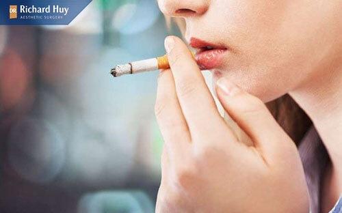 Hút nhiều thuốc lá sẽ khiến mắt suất hiện nếp nhăn