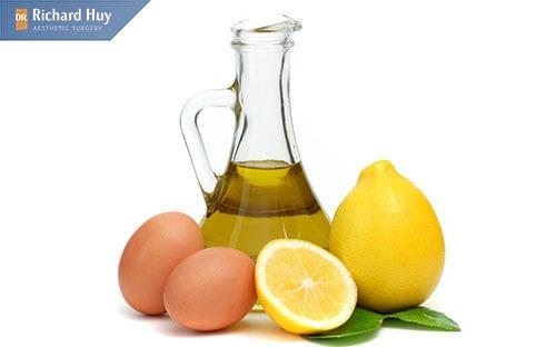 Khắc phục nếp nhăn khóe miệng bằng dầu oliu cùng với trứng và chanh