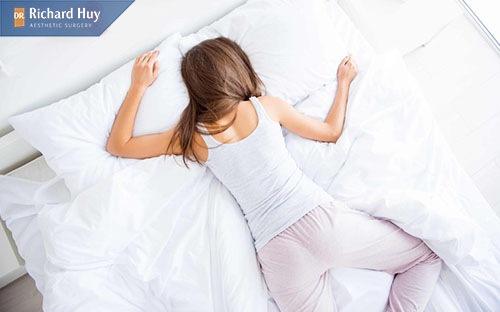Ngoài ra bạn cũng không nên nằm sấp khi ngủ