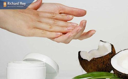 Dầu dừa giúp da min màng và căng bóng tự nhiên, giảm nếp nhăn hiệu quả