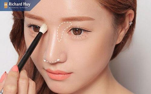 Sử dụng bảng phấn highlight để đánh khối gương mặt.