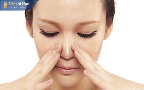 Massage cho mũi cao tự nhiên