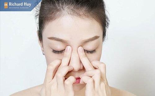Massage nhỏ cánh mũi
