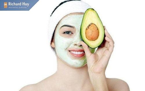 Đắp mặt nạ được làm từ quả bơ để xóa nếp nhăn khóe miệng